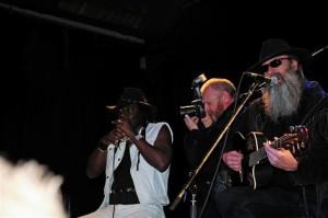 2008 - Augsburg (G) - Lewis Glover (harp, vox), Bijay (photographer), Hank Davison (vox, guitar)